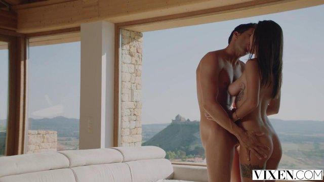 Молодая пара занимается страстным сексом в номере с панорамным видом
