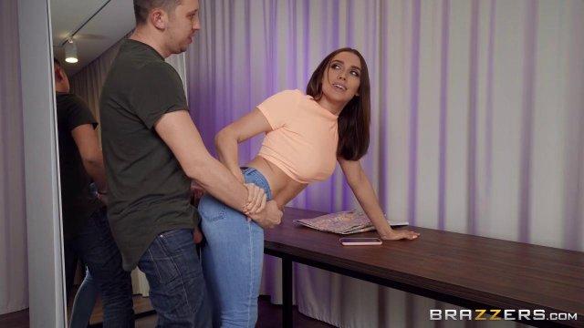 Жопастая брюнетка разрешила парню порвать на ней джинсы