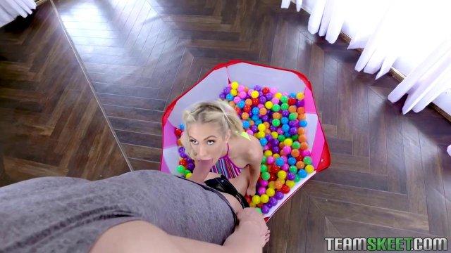 Игривая блондинка отсосала своему парню в мини - бассейна с шариками