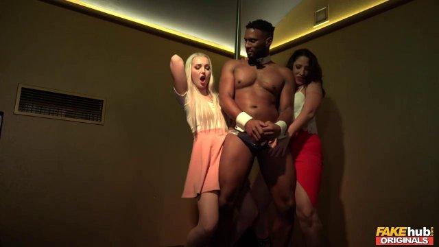 Две красивые девушки обслужили охранника своими кисками чтобы попасть в клуб
