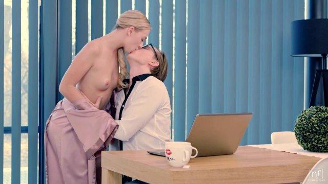 Возбужденная блондинка не дала мужу поработать дома