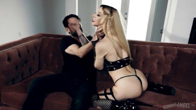 Красивая проститутка страстно обслужила клиента своей дырочкой