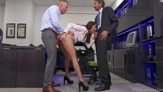 Сексуальная секретарша обслужила своими дырочками босса и его помощника
