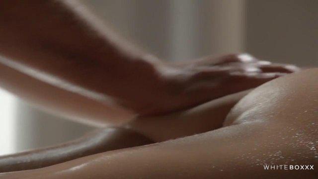 Развратный массажист довел свою клиентку до оргазма с помощью вибратора