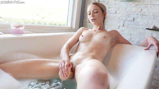 Красивая блондинка была поймана на запретной мастурбации