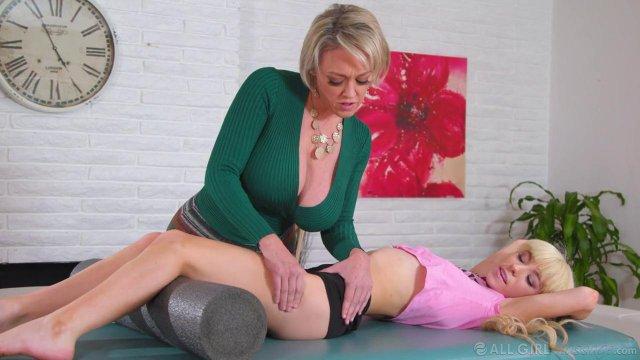 Начальница отшлепала и трахнула красивую блондинку