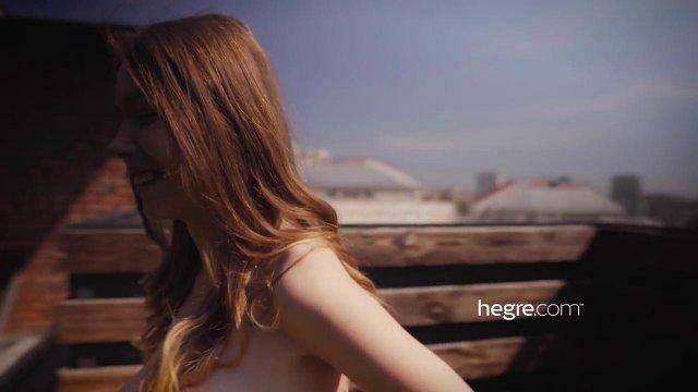 Красивая шатенка показала все свои интимные места на камеру