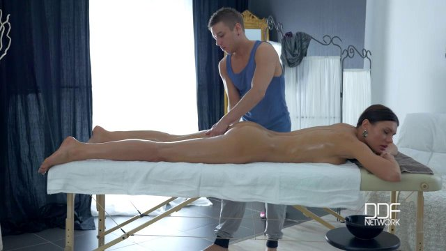 Хитрый массажист развел свою грудастую клиентку на секс