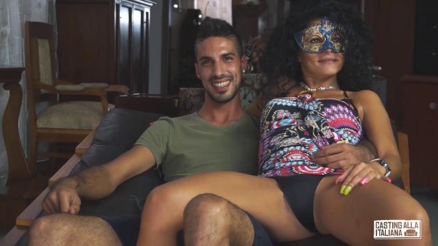 Красивая пара в кожаном кресле долго заниматься горячей еблей
