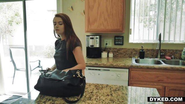 Деваха на кухне через секс знакомится с матерью жениха и кончает от ее куни