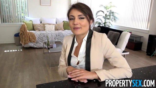 Брюнетка с двумя косичками снимается в приватном секс-видео с другом