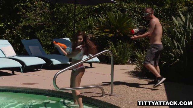 Пловец разминает красивую пилотку девки у бассейна бритым хуем