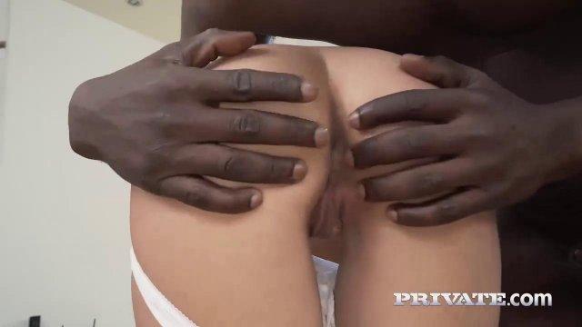 Чернокожий обслужил бритую писечку белой партнерши очень крепким членом