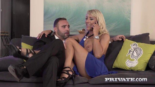 Два парня вонзают в очко и вагину симпатичной милфы в синем платье толстые члены