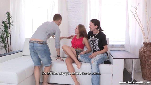 Русский смотрит со стороны на измену девушки с его лучшим другом