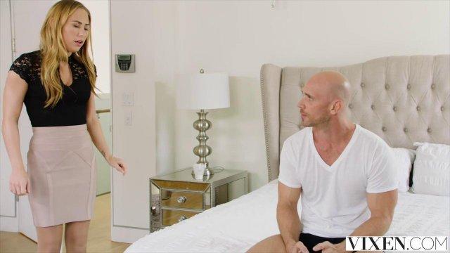 Блондинка ебется с лысым мускулистым полицейским у себя в спальне